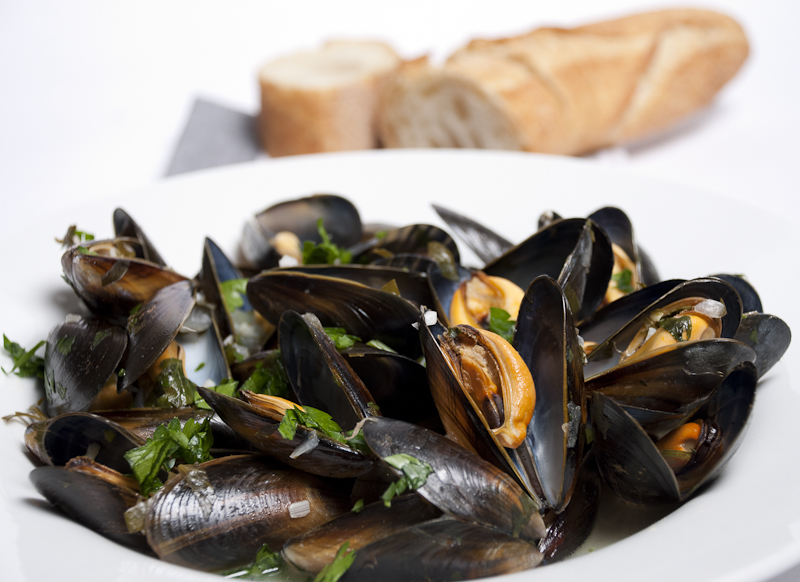 Mussels with wine and parsley | Foodsnaps